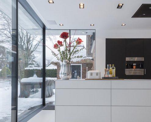 Keukens, lichte keuken, moderne keuken, strakke keuken, kookblok, sfeer, inrichting, woning, design, ramen,