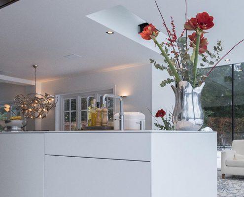 Keuken, design, strak, wit, bloemen, leefbaarheid, inrichting, woning, lichte keuken, strakke keuken, moderne keuken, kokenblok