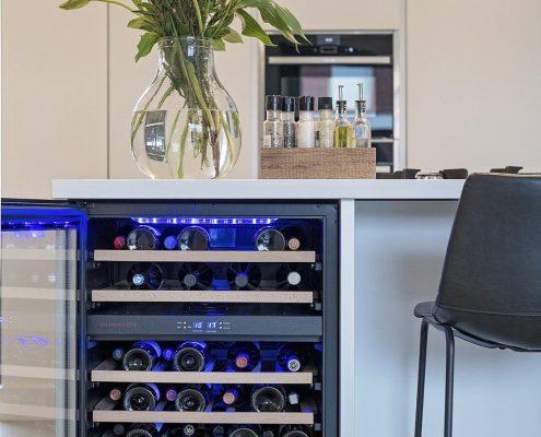 wijn, wine, koeling, kitchen, keuken, bloemen, wit, strak, modern, landelijk, sfeervol.