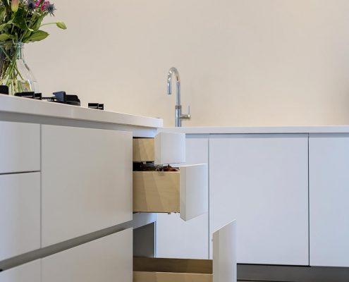 koeling, kitchen, keuken, bloemen, wit, strak, modern, landelijk, sfeervol.