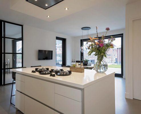 Keukenblok, bloemen, strak, wit, modern, huiselijk, woning, licht, kitchen, familie, huis, gasfornuis, eten, food, koken,