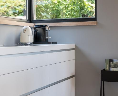 witte keuken in lichte ruimte