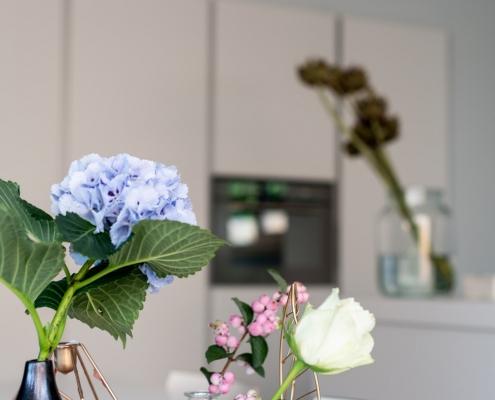 bloemen op de keukentafel