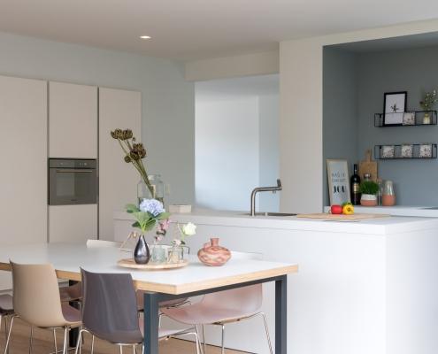 keukentafel in een open lichte keuken