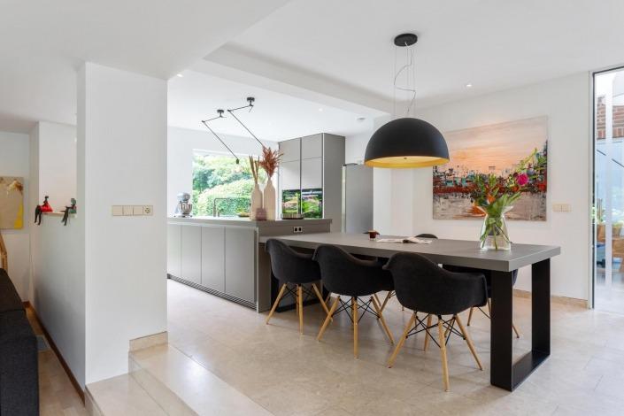 Minimalistische-keuken-kookeiland-met-eettafel-Bulthaup-b1-leemkleur